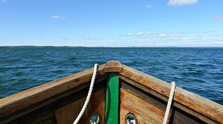 Kesä, vene, aurinko.