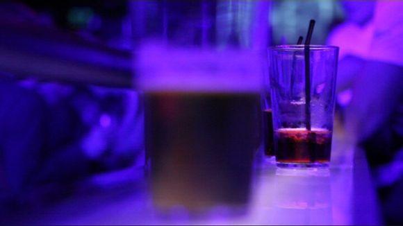 Juomia baaritiskillä.