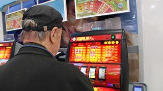Mies pelaamassa rahapeliä