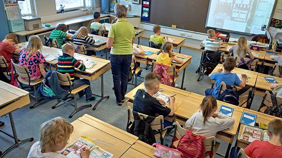Lapsia luokassa tunnilla.