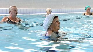 eläkeläisiä uima-altaassa