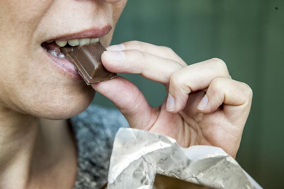 nainen syö suklaata