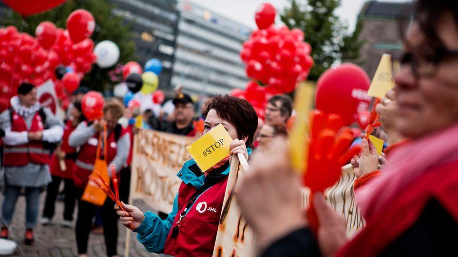 Mielenilmaukseen osallistuvia Helsingin rautatientorilla 18. syyskuuta.