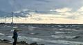 Video: mies rannalla