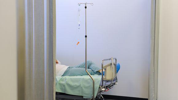 Potilas lepää sairaalan sängyssä.