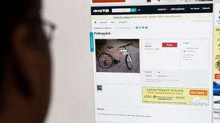 mies katsoo polkupyörää huuto netistä