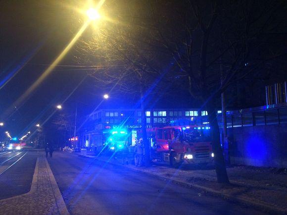 Paloautojen valot välkkyvät Sörnäisten metroaseman ulkopuolella metron pelastusharjoituksen aikana.