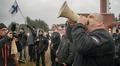 Video: mies huutaa megafoniin, yksi heiluttaa suomenlippua