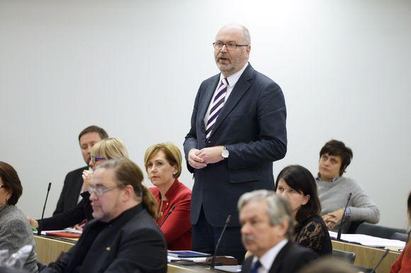 Sosialidemokraattien Eero Heinäluoma kysyy eläkeläisten verotuksesta eduskunnan suullisella kyselytunnilla Helsingissä 17. joulukuuta 2015.