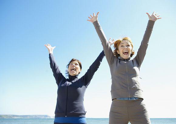 Kaksi naista iloitsee