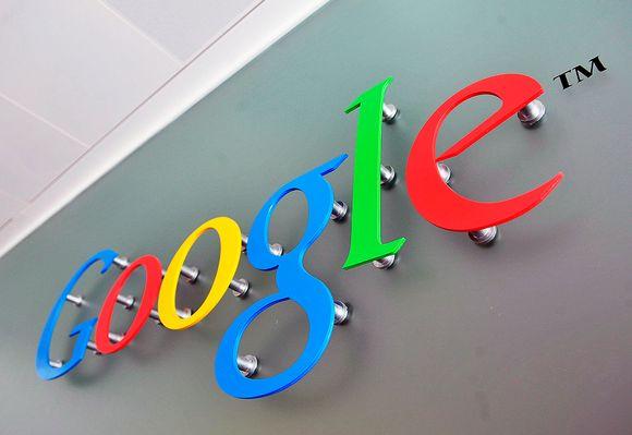 Googlen logo toimitilan seinässä