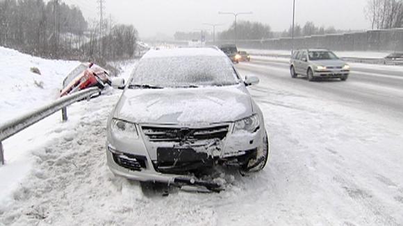 Video: yksi auto ojassa, toisen keula hajalla