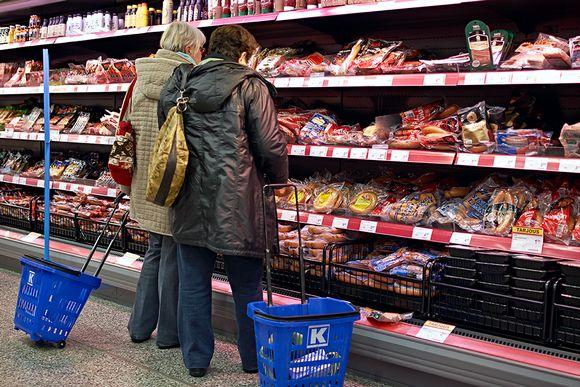 naisia kaupassa lihahyllyllä