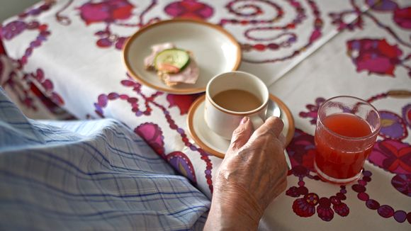 Vanhus juo kahvia.
