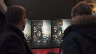 kaksi miestä elokuvateatterin aulassa