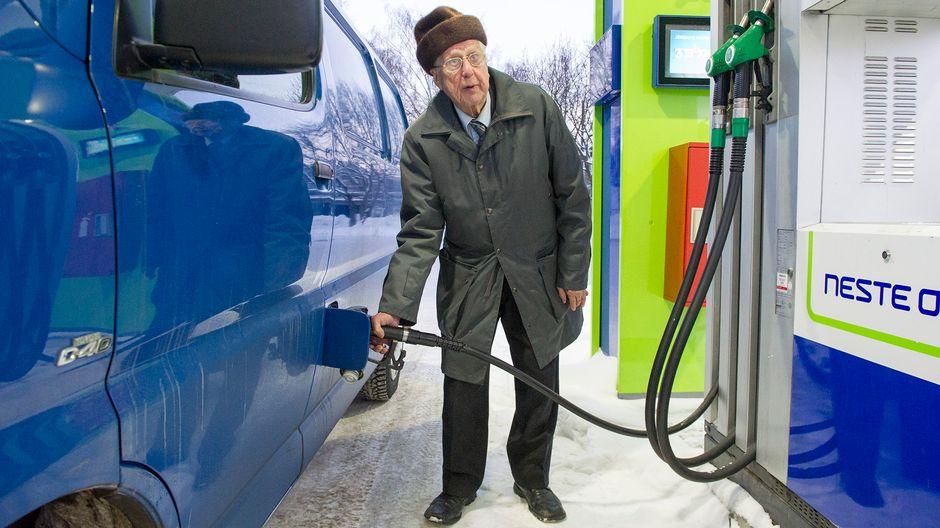 Jorma Tolvanen tankkaamassa autoa.