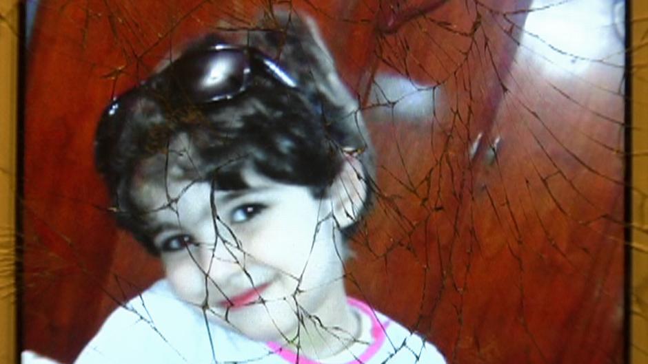 Kuva Alin tyttärestä rikkinäisellä puhelimen näytöllä.