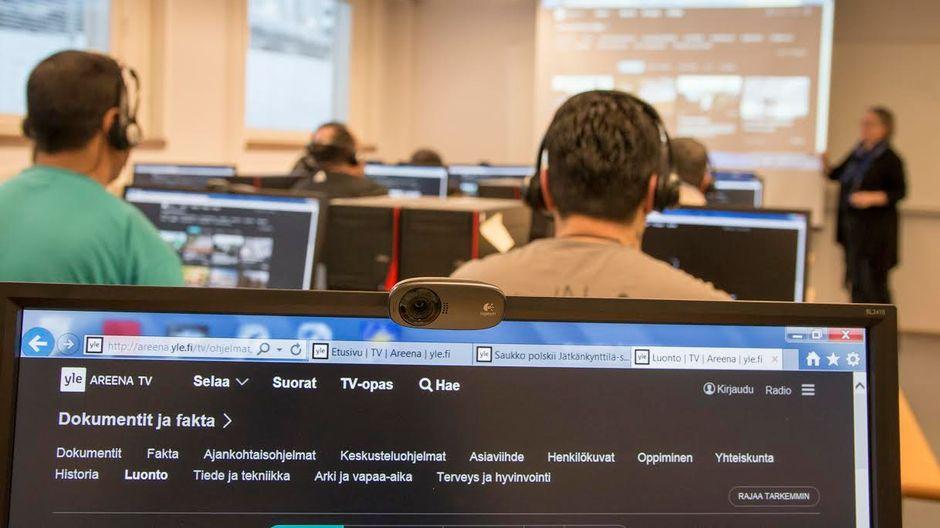 Kuva luokkahuoneesta, jossa opiskellaan Yle Areenan avulla.