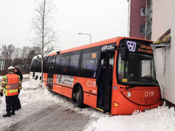 Bussi törmäsi talon seinään Helsingin Viikissä 26. tammikuuta 2016.