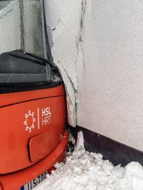 Bussi törmäsi talon seinään Viikissä 26. tammikuuta.
