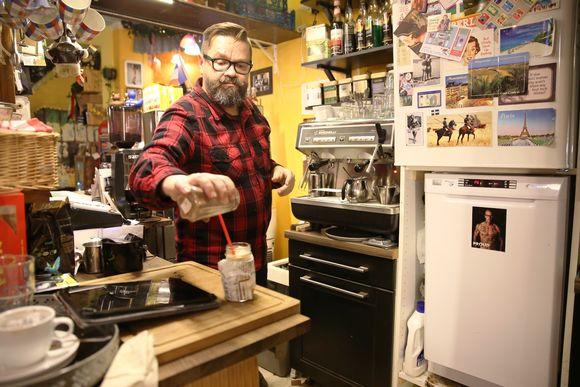 Kahvilayrittäjä Mikko Autio Bear Park Cafen tiskin takana Kalliossa