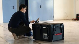 Mies käyttää keinonenänä toimivaa laitetta.