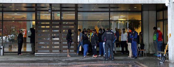 Turvapaikanhakijoiden vastaanottokeskus kuvattuna ulko-oven edustalta.