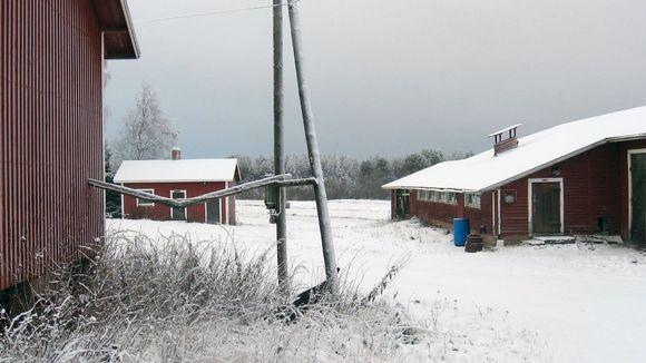 Taloja lumisessa maisemassa.
