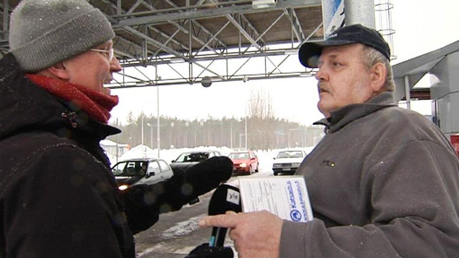 Toimittaja haastattelee Reijo Karppasta.