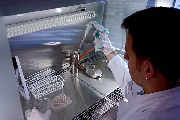 Mies työskentelee laboratoriossa.
