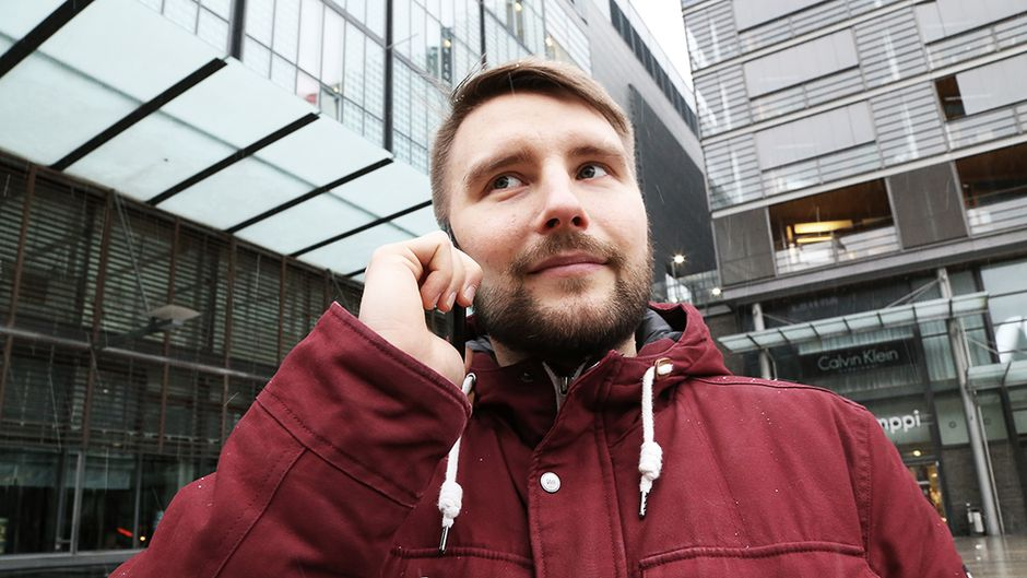 Toimittaja puhelimessa.