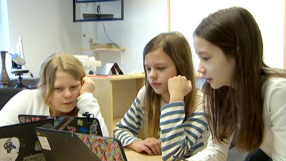 Video: kolme tyttöä tablettien ääressä
