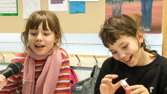 Video: kaksi tyttöä luokassa