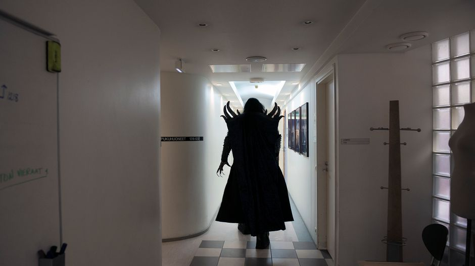 Lordi matkalla kuvauksiin Ylen studiotalossa.