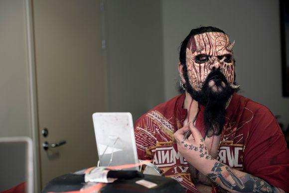 Video: Lordi valmistautuu kuvauksiin Ylen studiotalossa.
