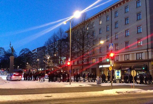Tampereen keskustaan kerääntyi lauantaina illansuussa noin 150 mustatakkisen ihmisen kulkue.