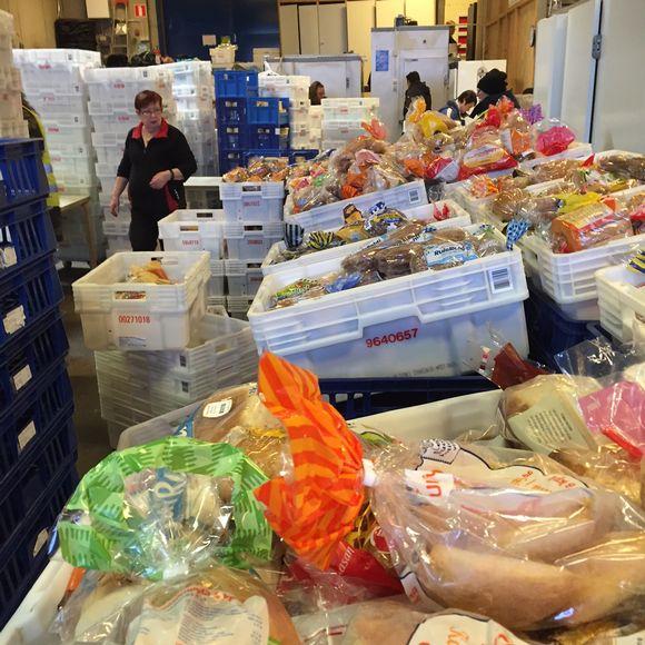 Myllypuron elintarvikeapu ry jakaa ruokaa kolme kertaa viikossa. Leipää on aina jaossa paljon. Taustalla yhdistyksen toiminnanjohtaja Sinikka Backman järjestelee kulkureittejä, jotta jako sujuisi joutuisasti.