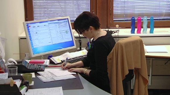 Työttömän ilmoitusten kirjaamista toimistossa.