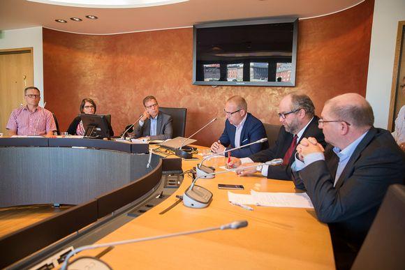 SAK:n hallituksen jäseniä kommentoimassa yhteiskuntasopimusta elokuussa 2015. Vasemmalta Matti Harjuniemi, Ann Selin, Lauri Lyly, Jarkko Eloranta, Marko Piirainen ja Riku Aalto.