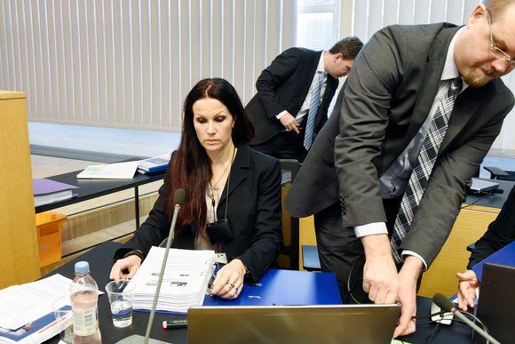 Pihla Keto-Huovinen ja Antti Sundberg valmistautuvat oikeudenkäyntiin Helsingin käräjäoikeudessa.