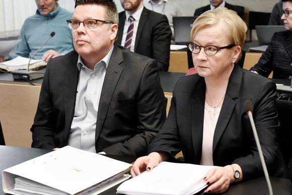 Jari Aarnio ja puolustusasianajaja Riitta Leppiniemi Helsingin käräjäoikeudessa.