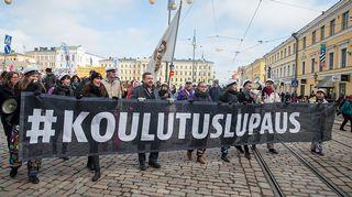 Opintotukimielenosoitus Helsingin Senaatintorilla.
