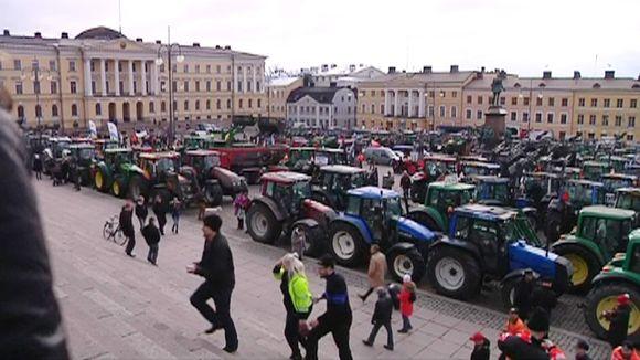 Traktoreita Senaatintorilla Helsingissä 11. maaliskuuta.