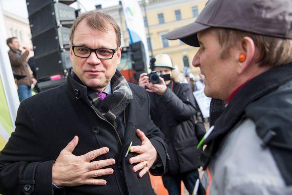 Pääministeri Juha Sipilä Helsingissä Senaatintorilla 11. maaliskuuta.