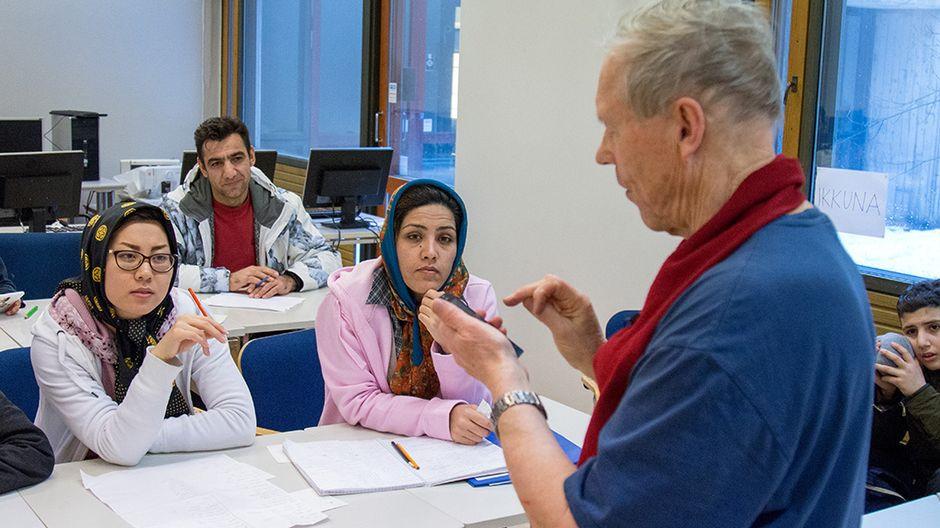Opettaja luokan edessä. SPR:n vapaaehtoinen auttaja Eelis Lajunen saa kieliopinnot tuntumaan leikiltä.
