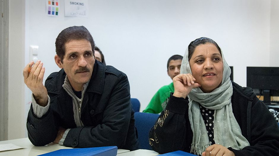 Mahmoudien perhe on paennut Afganistanin levottomia oloja ja väkivallan uhkaa. Perheen isä Abdulkhalegh ja äiti Nafasgol suomen kielen tunnilla.