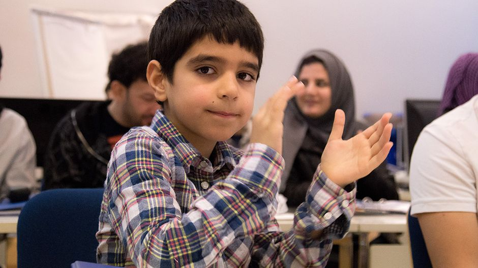 poika istuu luokassa