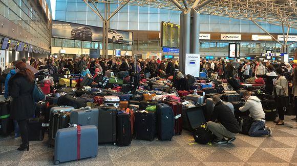 Laukkukaaos lentokentällä.