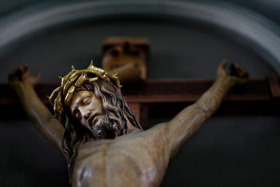 Jeesus-aiheinen puureliefi Sörkan vankilan alttarilla.