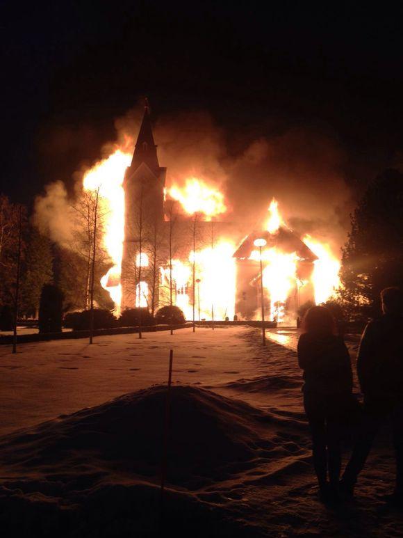 Ylivieskan kirkko tulessa.